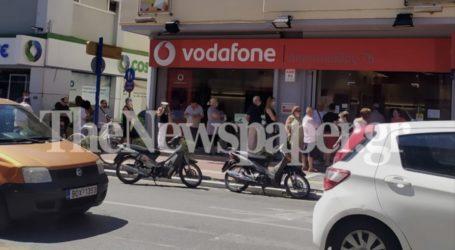 Βόλος: Συνεχίζεται το μαρτύριο της «ουράς» σε τράπεζες και εταιρείες κινητής τηλεφωνίας – Δείτε εικόνες