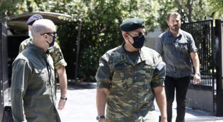 ΚΥΣΕΑ: Ο αρχηγός ΓΕΕΘΑ με στολή παραλλαγής στο Μαξίμου [εικόνες]