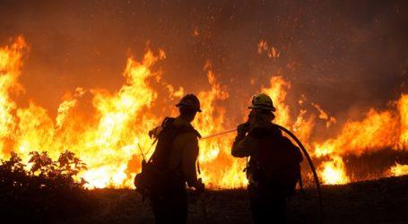Σχεδόν 8.000 άνθρωποι εγκατέλειψαν τις εστίες τους στη νότια Καλιφόρνια λόγω πυρκαγιάς