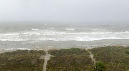Ο τυφώνας Ησαΐας έφθασε στη Βόρεια Καρολίνα