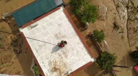 Καρέ-καρέ η επιχείρηση διάσωσης από ταράτσα σπιτιού στην Εύβοια