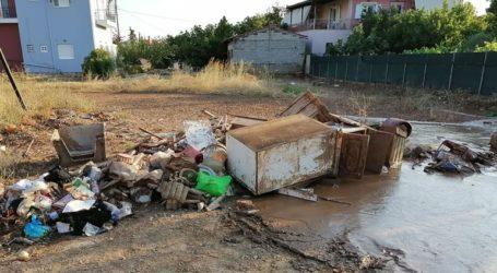 Γέμισαν οι δρόμοι από τα κατεστραμμένα αντικείμενα