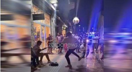 Το ρίχνουν στον… χορό στους δρόμους όταν κλείνουν τα μαγαζιά τα μεσάνυχτα