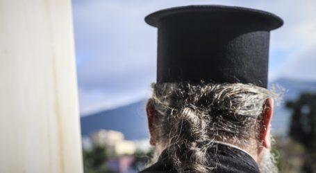 Χειροπέδες σε παπά που καλούσε τους πιστούς να μην φοράνε μάσκα