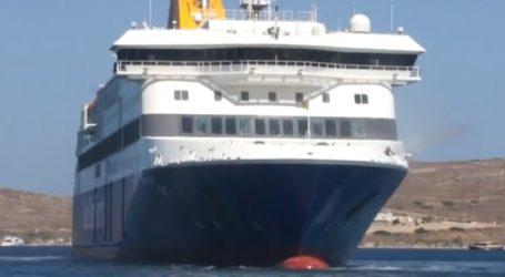 H «πιρουέτα» πλοίου στο λιμάνι της Πάρου και οι ευχές για Καλή Παναγιά