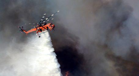 Πυρκαγιά μαίνεται στις Ροβιές Εύβοιας κοντά σε σπίτια