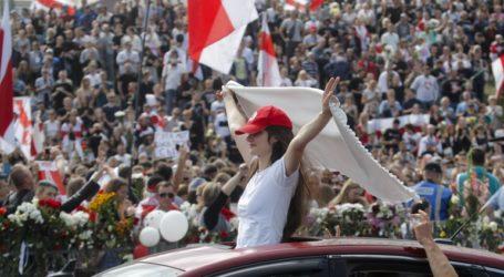 «Τίμιες εκλογές! Ελευθερία!» φώναζαν χιλιάδες διαδηλωτές στη Λευκορωσία