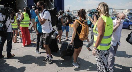 Δειγματοληπτικές εξετάσεις σε ταξιδιώτες που επιστρέφουν από τα νησιά στο λιμάνι του Πειραιά