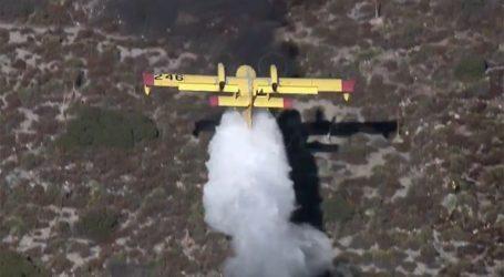 """Πιλότος Καναντέρ στην Καλιφόρνια γίνεται """"ένα με το έδαφος"""" για να έχει αποτελεσματικότητα η ρίψη του"""