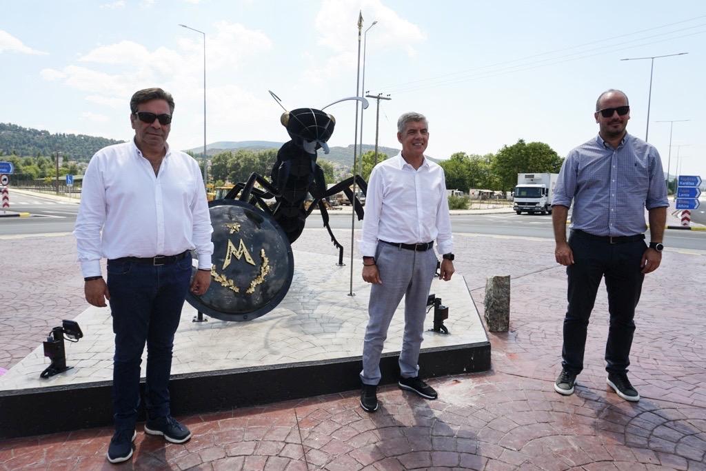 Παραδόθηκε σε κυκλοφορία ο κυκλικός κόμβος της Περιφέρειας Θεσσαλίας στα Φάρσαλα με την εικαστική εγκατάσταση των Μυρμιδόνων