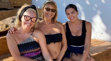 Σταματίνα Τσιμτσιλή: Συνεχίζει τις διακοπές της στην Πάρο μαζί με τη Μάρα Ζαχαρέα και την Τίνα Μεσσαροπούλου
