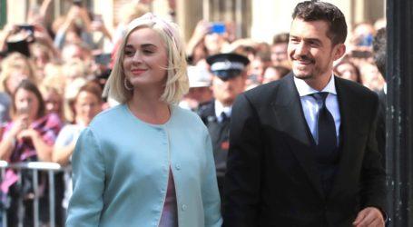 Η εγκυμονούσα Katy Perry χορεύει έξω από το αυτοκίνητο του Orlando Bloom και γίνεται viral