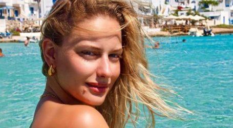 Η Ντόρα Μακρυγιάννη ποζάρει topless στα Κουφονήσια