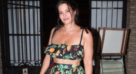 Το deux pieces φόρεμα outfit της Μαρίας Κορινθίου είναι ιδανικό για τη μεταβατική περίοδο