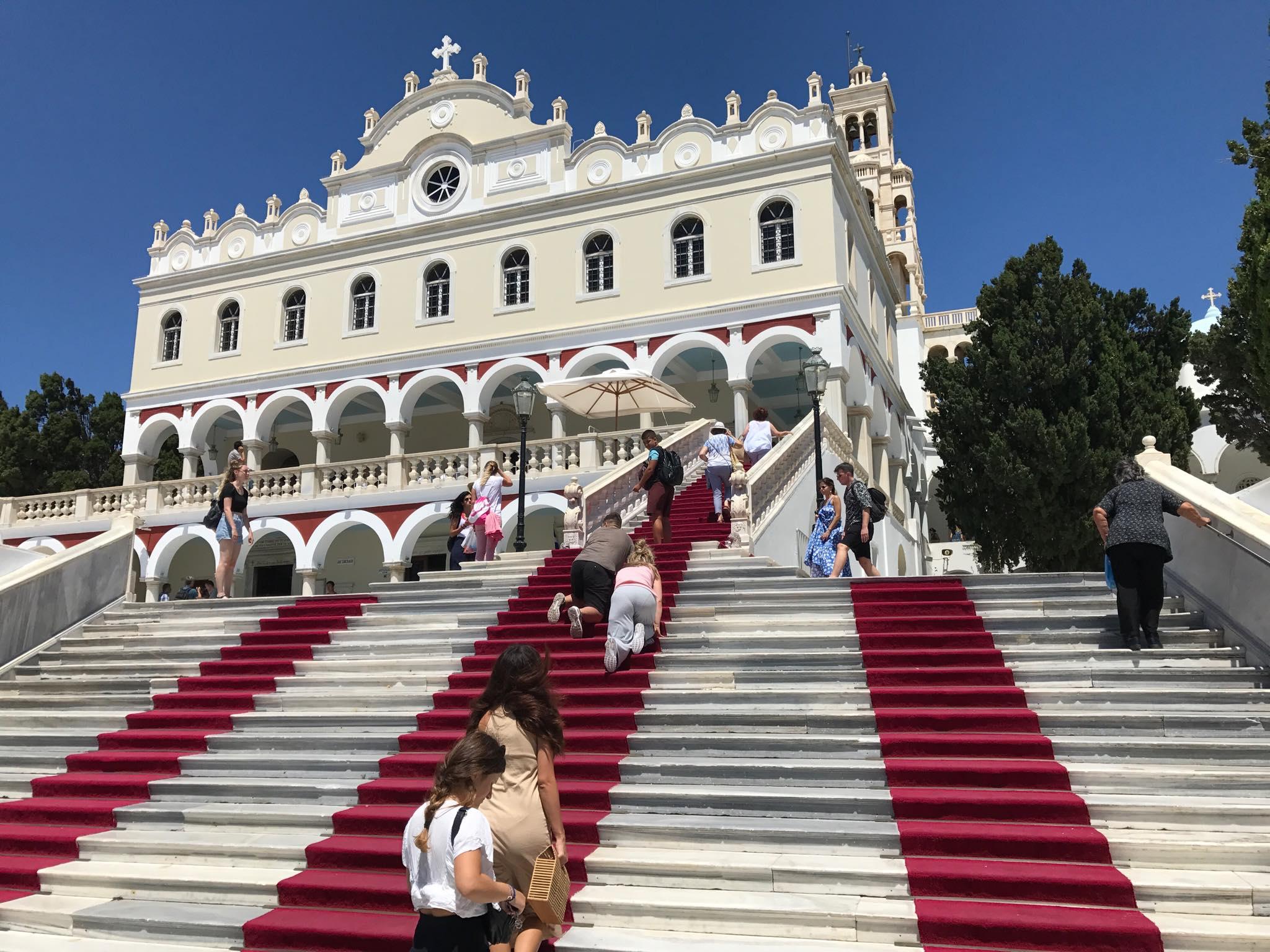 Εκατοντάδες Βολιώτες και φέτος στην Παναγιά της Τήνου - TheNewspaper.gr