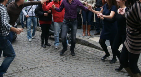 Βόλος: Χειροπέδες και 5.000 ευρώ πρόστιμο σε 71χρονο για γλέντι με 150 άτομα