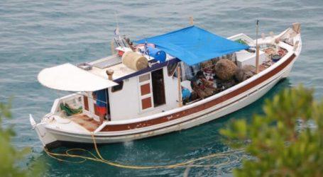 Καΐκι μαζεύει σφουγγάρια στα 15 μέτρα από την ακτή σε Κουτσουπιά και Παλιουριά (φωτο)