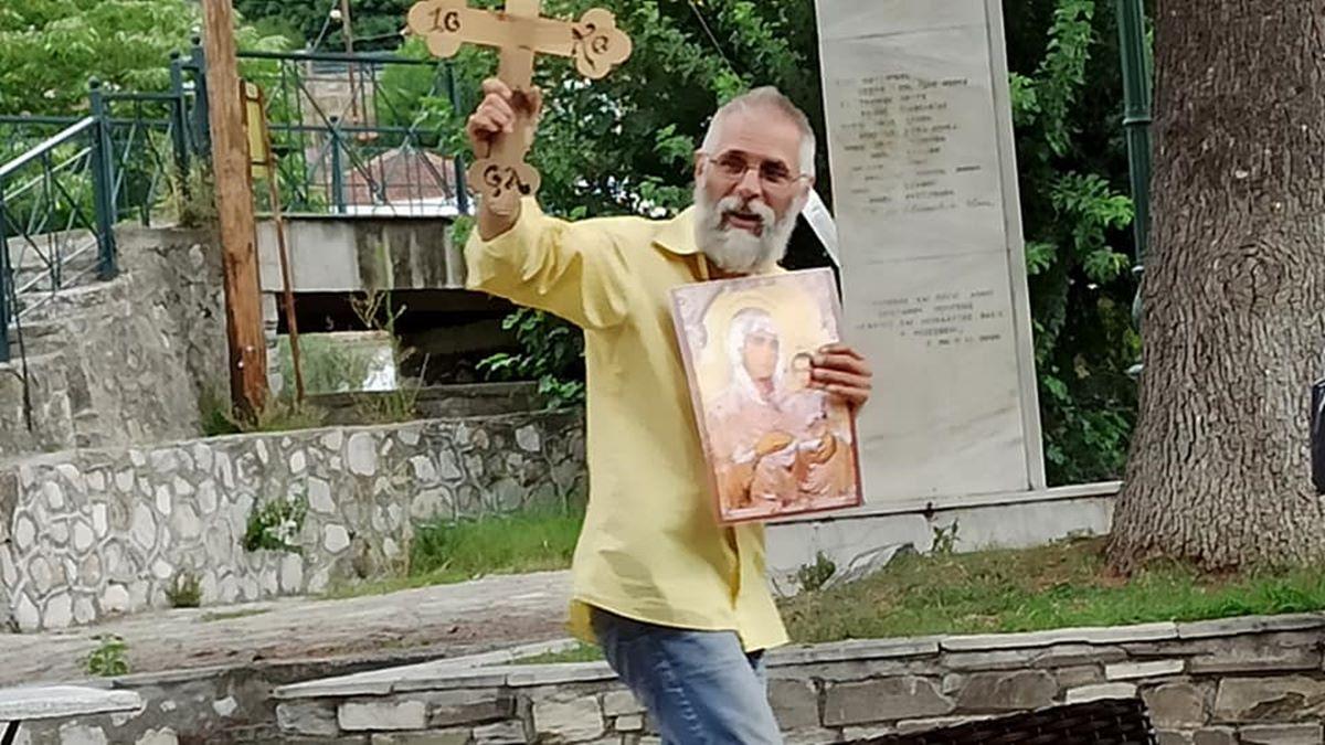Λάρισα: Φώναζε στην μέση της πλατείας στην Τσαριτσάνη «Μετανοείτε, όσοι είστε άπιστοι εξομολογηθείτε» υψώνοντας ξύλινο σταυρό (φωτο)