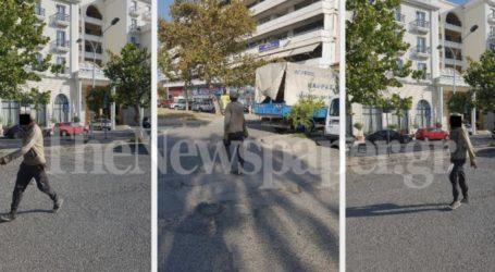 Βόλος: Ελεύθερος κι… ωραιός βολτάρει στο κέντρο ο «Κάμελ» μετά τις επιθέσεις [εικόνες]