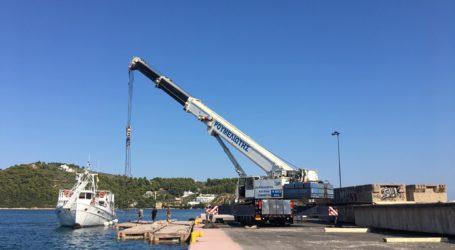 Νέες πλωτές εξέδρες στο λιμάνι της Σκιάθου