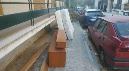 Πεταμένα στρώματα, έπιπλα και κλαδιά «εξαφάνισαν» πεζοδρόμιο στη Λάρισα (φωτο)