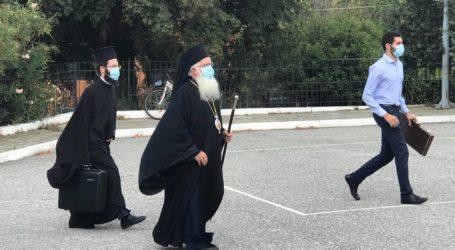 Με μάσκα Ιγνάτιος και ιερείς