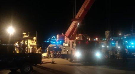 Ημιβυθίστηκε σκάφος στο λιμάνι του Βόλου – Δείτε εικόνες