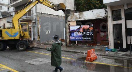 «Ηλία ρίχτο… όλα είναι δρόμος»: Με live μπουζούκια και ζεϊμπεκιές γκρεμίστηκε ιστορικός οίκος ανοχής στη Λάρισα (φωτό – video)