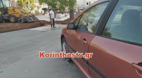 Πάρκαρε το αυτοκίνητό του σε πλατεία και έριξαν μπετό στις ρόδες [βίντεο]