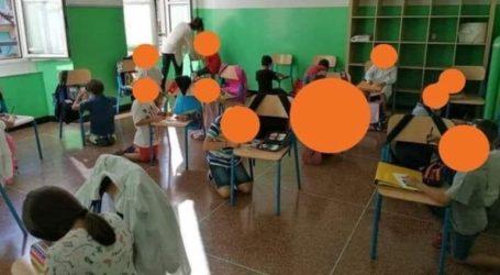Μαθητές κάθονται στο πάτωμα και ζωγραφίζουν ακουμπώντας στις καρέκλες