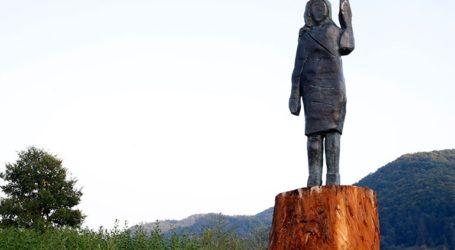 Ένα άγαλμα στη μνήμη του… αγάλματος της Μελάνια Τραμπ που πυρπολήθηκε τον Ιούλιο στη γενέτειρά της