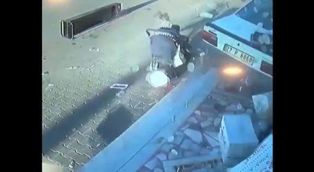 Αυτοκίνητο περνάει ξυστά από καροτσάκι μωρού προτού πέσει σε κατάστημα