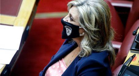 Με μάσκα της ΑΕΛ η βουλευτής Ευαγγελία Λιακούλη στην Ολομέλεια