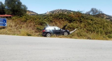 Λάρισα: Σφοδρή σύγκρουση αυτοκινήτου σε πινακίδες στη διασταύρωση για Αγιονέρι