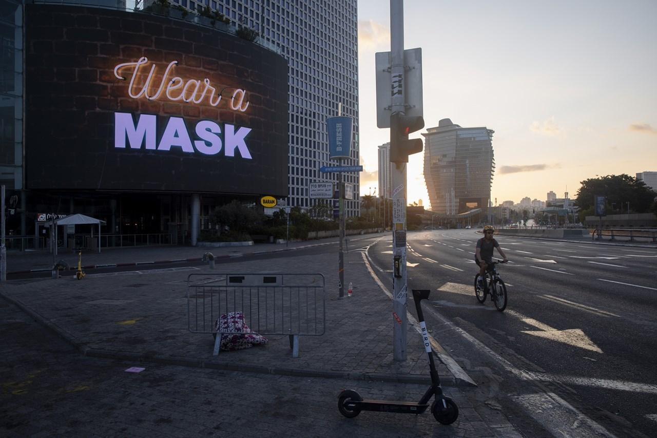 Ενημερωτική πινακίδα για τη χρήση μάσκας στο Τελ Αβίβ του Ισραήλ