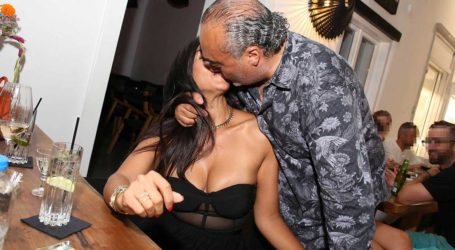 Στη Μύκονο παραθερίζει ο τραγουδιστής των Gipsy Kings Chico Castillo με την αγαπημένη του!
