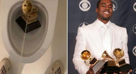 Ο Kanye West ούρησε πάνω σε ένα βραβείο Grammy και δημοσίευσε το βίντεο στο Twitter