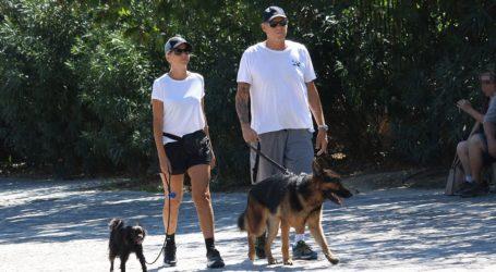 Τζώνη Καλημέρης – Χριστίνα Κοντοβά: Βόλτα με τα σκυλάκια τους στο κέντρο της Αθήνας