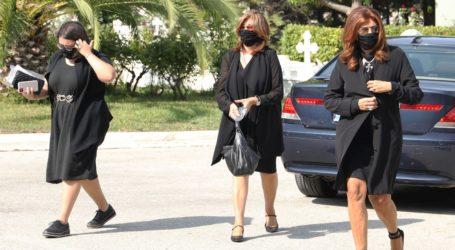 Συντετριμμένη η Μιμή Ντενίση στην κηδεία της μητέρας της