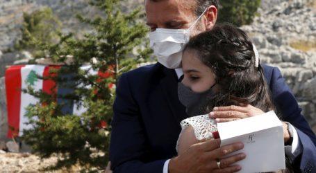Ο πρόεδρος Μακρόν φυτεύει έναν κέδρο για να τιμήσει τα 100 χρόνια από την ανακήρυξη του Κράτους του Μείζονος Λιβάνου