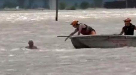 Δείτε βίντεο: Η συγκλονιστική διάσωση άνδρα από άνδρες της ΕΜΑΚ με βάρκα στα Φάρσαλα