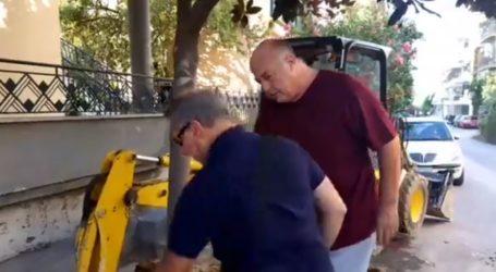 Την αποκατάσταση ζημιάς σε αγωγό της ΔΕΥΑΜΒ επίβλεψε ο Αχιλλέας Μπέος – Δείτε το βίντεο