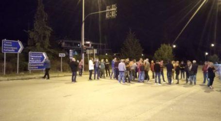 Κάτοικοι έκλεισαν την παλιά εθνική οδό σε μια συμβολική διαμαρτυρία για την εγκατάσταση μεταναστών σε Καστρί Λουτρό και Αμπελάκια (φωτο – βίντεο)
