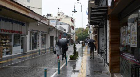28η Οκτωβρίου: Περιορισμένη η κίνηση στο κέντρο της βροχερής Λάρισας – Μισογεμάτα τα cafe και τα τσιπουράδικα (φωτο)