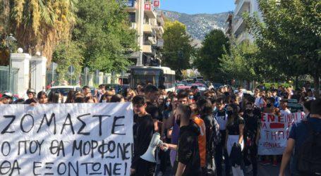 Συλλαλητήριο παρωδία στον Βόλο – Στριμώχθηκαν για να μην… στριμώχνονται οι μαθητές [εικόνες και βίντεο]