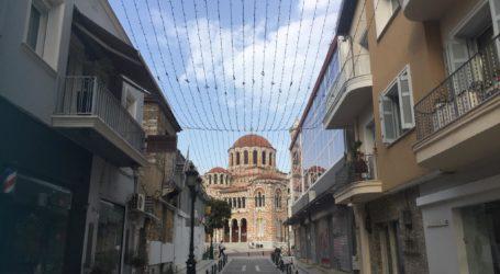 Βόλος: Ξεκίνησε ο Χριστουγεννιάτικος στολισμός στο κέντρο της πόλης [εικόνες]
