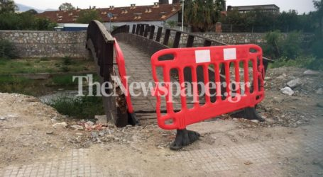 Μετέτρεψαν σε …πόρτα τον πλαστικό φράχτη σε γέφυρα του Κραυσίδωνα – Δείτε εικόνες