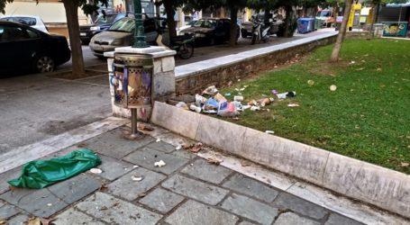 Βόλος: «Πνίγηκε» στο σκουπίδι η πλατεία Ελευθερίας – Δείτε εικόνες