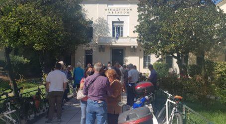 Διεκόπη η δίκη του Στ. Λημνιού μετά από μήνυση της ΑΓΕΤ – Συγκέντρωση στα δικαστήρια [εικόνες]