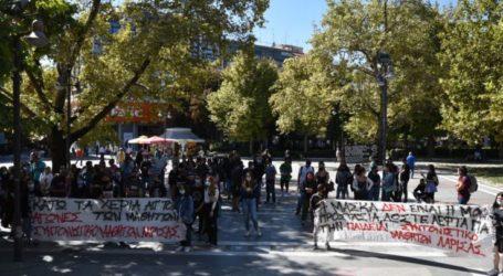 """Διαμαρτυρόμενοι μαθητές και καθηγητές στο κέντρο της Λάρισας: """"Τα σχολεία είναι υγειονομικές βόμβες"""" (φωτό – βίντεο)"""